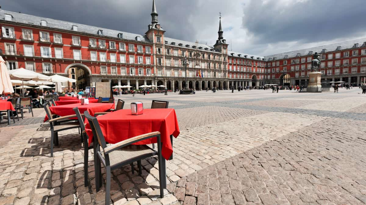 Het plein Plaza Mayor in Madrid met terras in rode kleuren