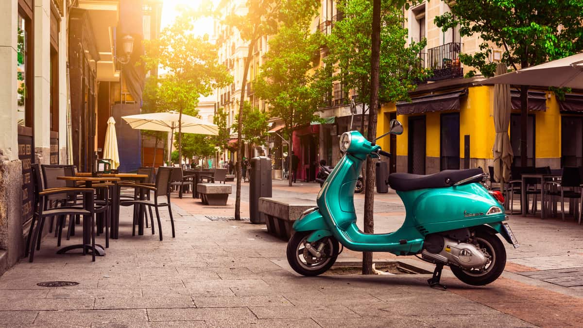 Vespa scooter in de wijk La Latina van Madrid